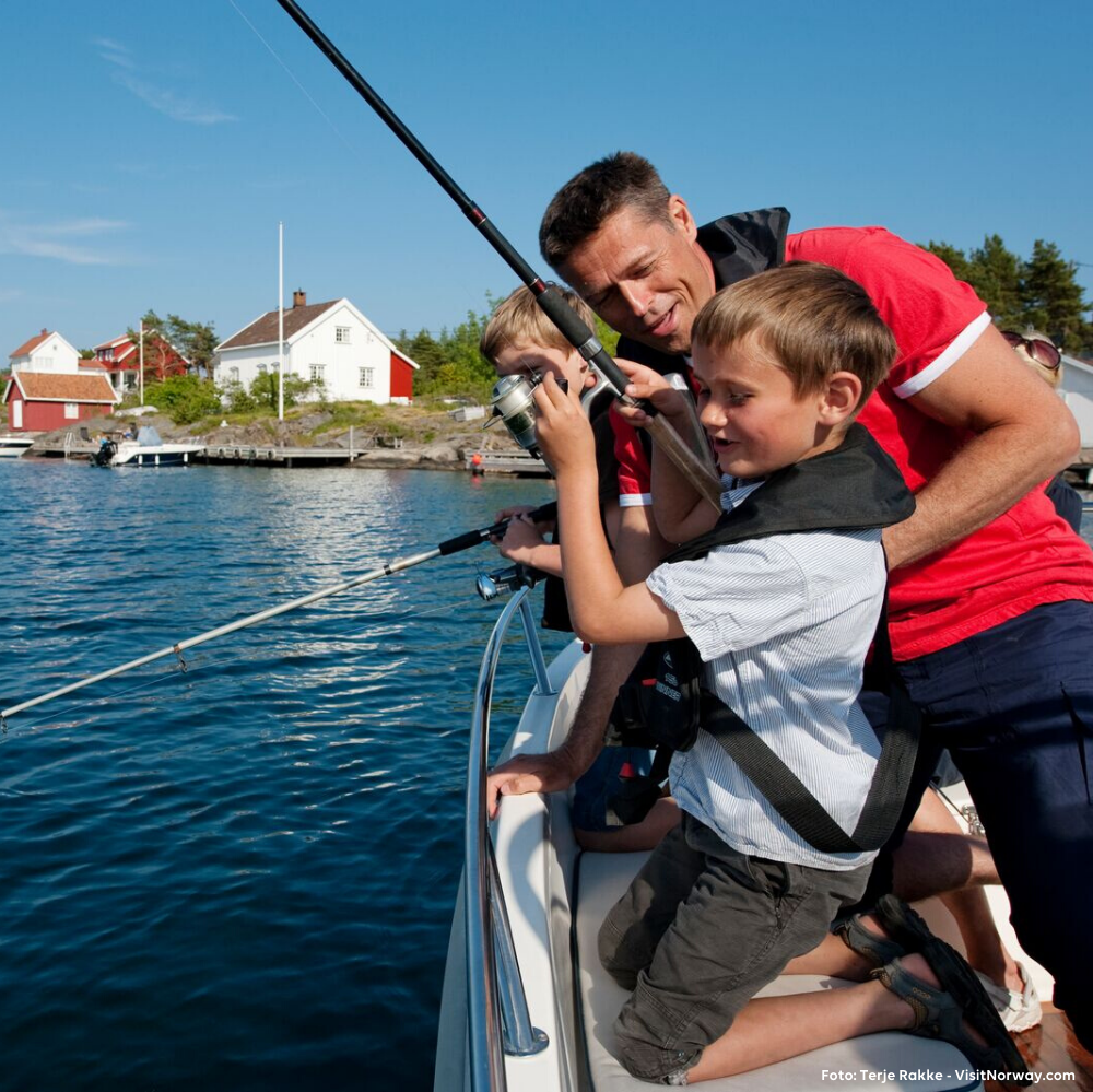 Parker campingvogna fra Ferda og reis på fisketur med barna