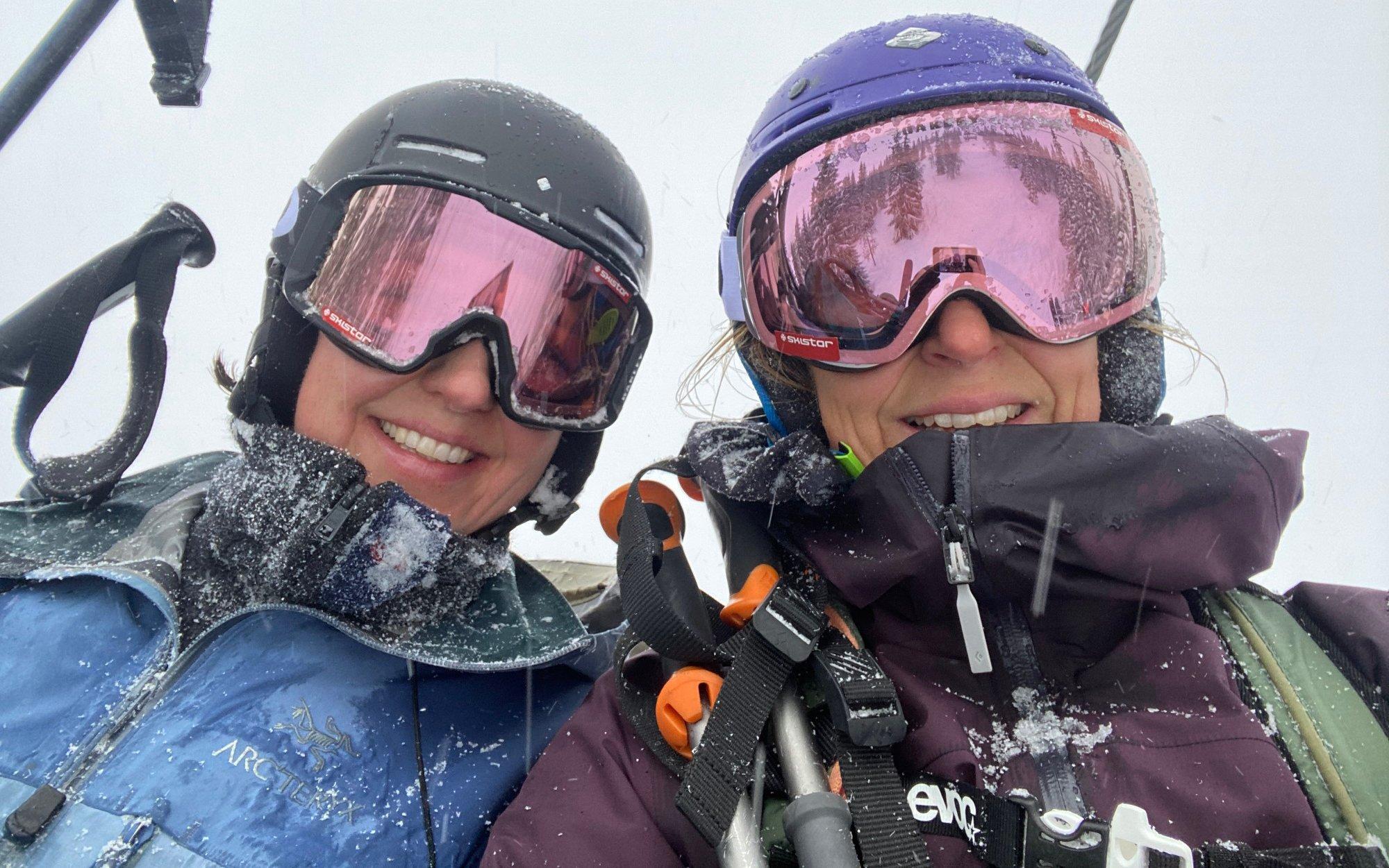 to damer i skiheis