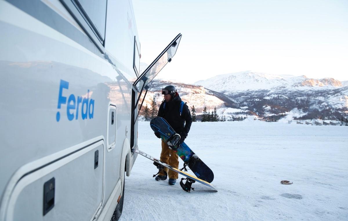 Terje pakker ut ski og snowboard av den romslige garasjen bak i bilen