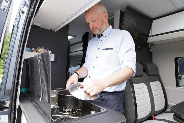 Kjøkkenet i bobilen har kokebluss og stort kjøleskap