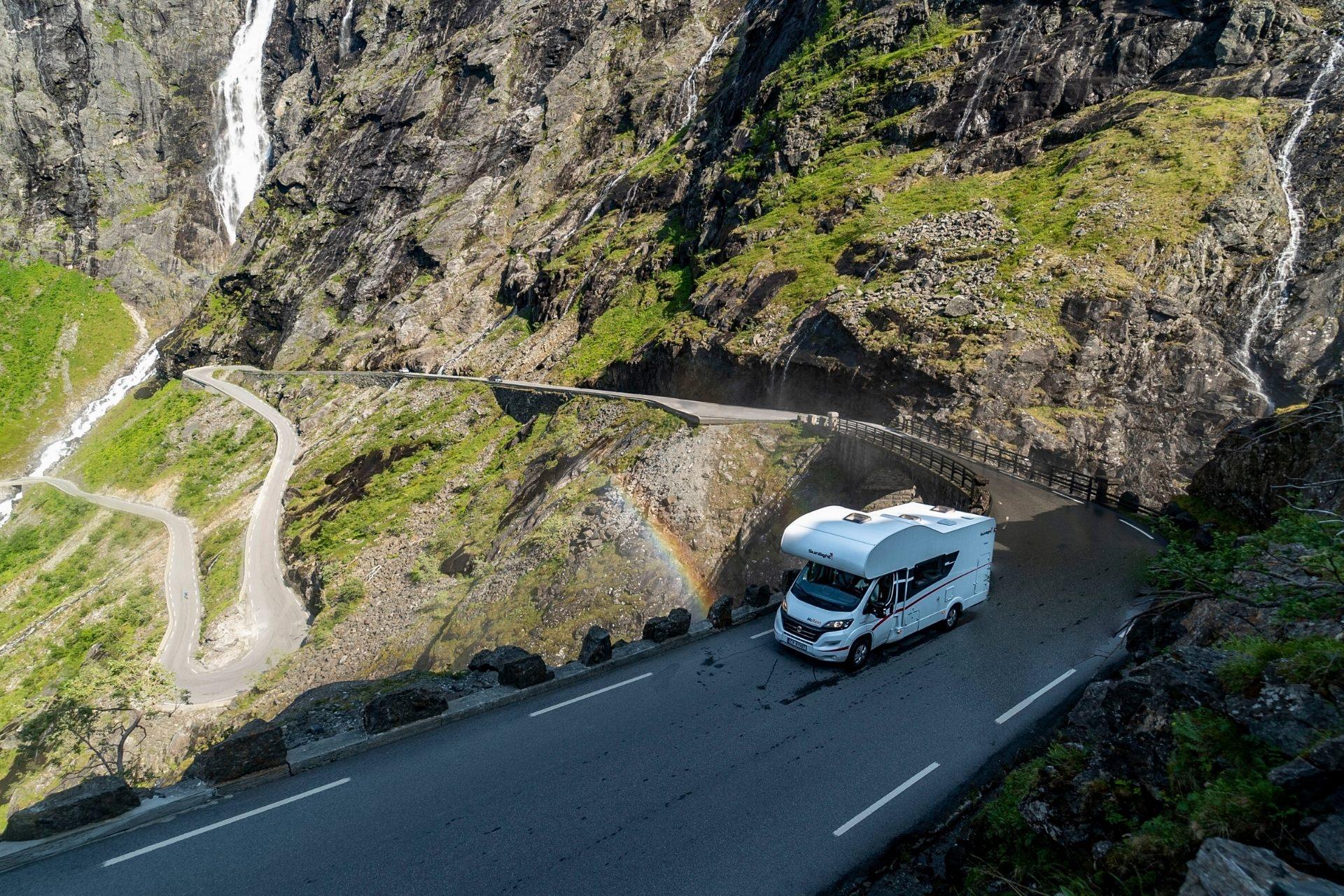 Opplev Europas høyeste utkikkspunkt, kjør Trollstigen og bad i grønn innsjø